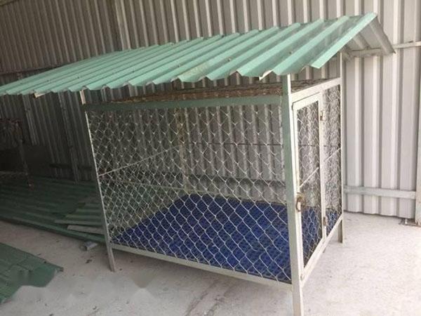 Cách làm chuồng gà bằng lưới B40 tham khảo. Bao gồm khung lưới sắt B40 kết hợp với mái tôn che bên trên.