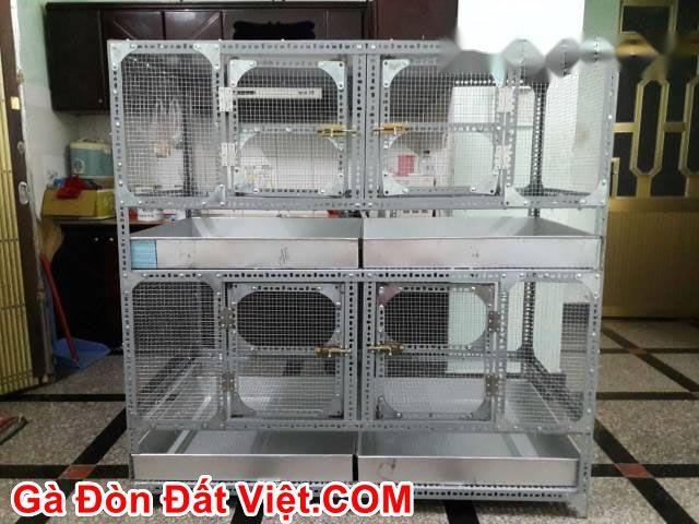 Chuồng gà bằng sắt V lỗ gồm thanh hấng phân nước thải và cửa lưới mắt cáo.