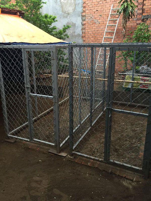 Lắp xong khung và cửa chuồng gà lưới B40