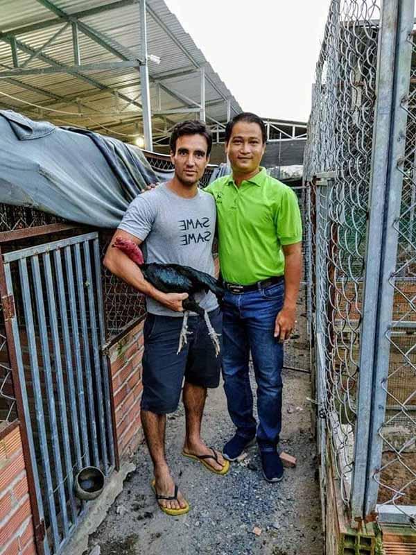 Chủ nhân trại gà Ba Bảo Bình Định với 1 khách ngoại quốc