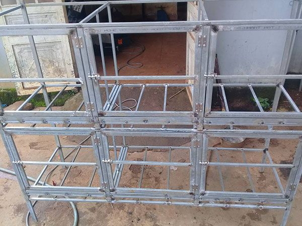 Khung chuồng gà bằng lưới B40 bằng sắt hộp hoặc sắt V lỗ