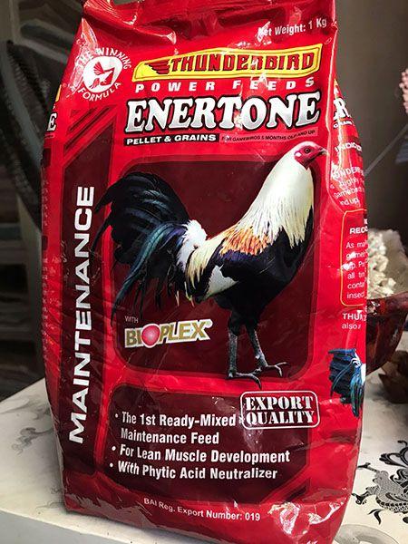 Ngoài các thức ăn gà đá cựa thông thường có thể cho bổ xung các loại thức ăn gà chọi tổng hợp. như hình là loại thức ăn Thunderbird Enertone